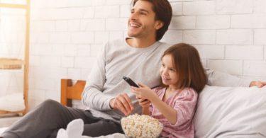 padre e hija probando recetas de palomitas